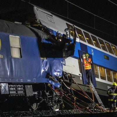 Pelastuslaitoksen työntekijöitä tarkistivat turmajunan vaunua yöllä lähellä Prahaa. jät olivat illal