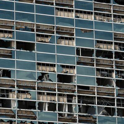 Myrskytuuli rikkoi rakennuksen ikkunat säpäleiksi Lake Charlesin kaupungissa.