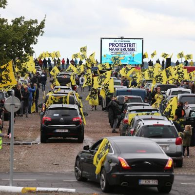 Äärioikeistopuolue Vlaams Belangin kannattajat osoittivat sunnuntaina mieltään.