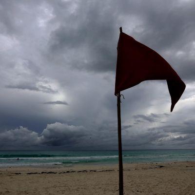 Hurrikaaniin varautuvan Cancunin ranta oli lähes tyhjillään tiistaina.