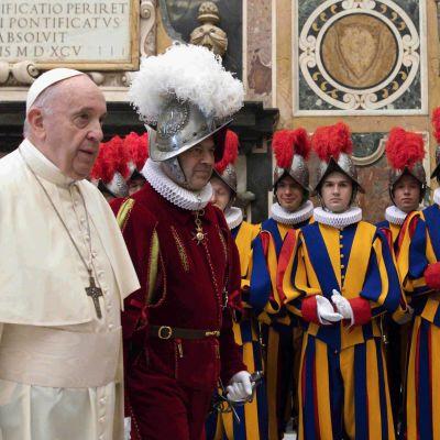 Tuore tartunta Vatikaanissa on aiheuttanut huolia 83-vuotiaan paavin turvallisuudesta.