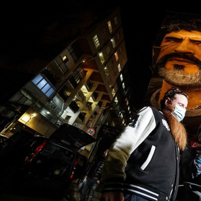 Diego Maradonan fanit kyynelehtivät Napolissa keskiviikkoiltana.