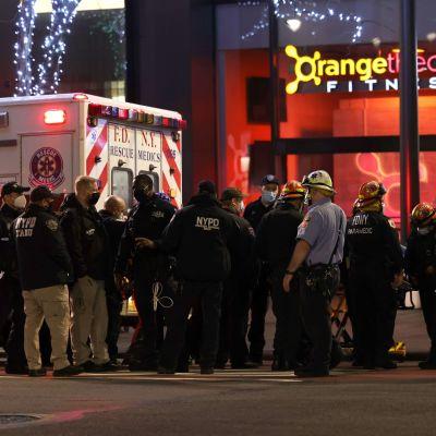 Poliiseja ja ambulanssihenkilökuntaa kuvattuna Manhattanin Murray Hillilla perjantaina.
