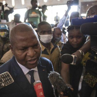 Faustin-Archange Touadéra puhui medialle äänestysapaikalla Banguissa 27. joulukuuta.