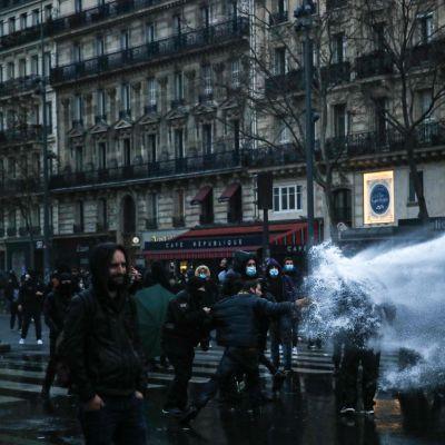 Poliisi käytti vesitykkiä Pariisissa, kun protestit äityivät illalla mellakoiksi.
