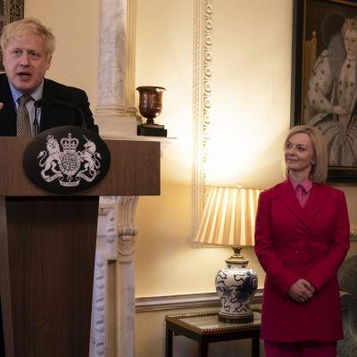 Pääministeri Boris Johnson ja ulkomaankauppaministeri Liz Truss. Kuva maaliskuulta 2020.
