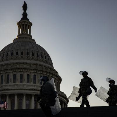 Kansalliskaartin sotilaita kongressitalolla Washingtonissa. Kuva tammikuulta.