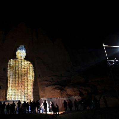 Lähes 60 metriä korkea 3D-Buddha loisti tiistai-iltana Bamiyanin laaksossa Afganistanissa.