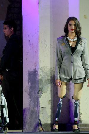 Modeller med protes visar kläder.
