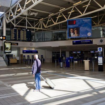 Matkustaja Arlandan lentokentällä Tukholmassa.