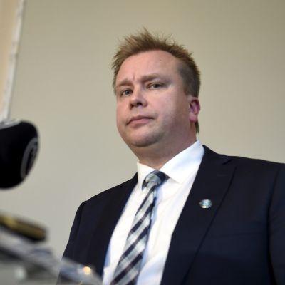 Puolustusministeri Antti Kaikkonen Valtiosalissa ennen eduskunnan suullista kyselytuntia Helsingissä 10. lokakuuta 2019.