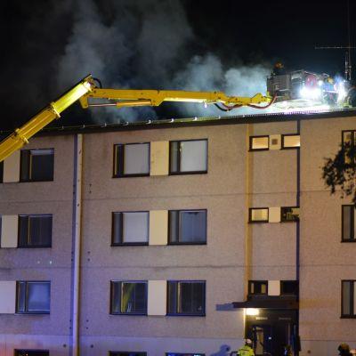 Palo levisi rakennuksen kattorakenteisiin.