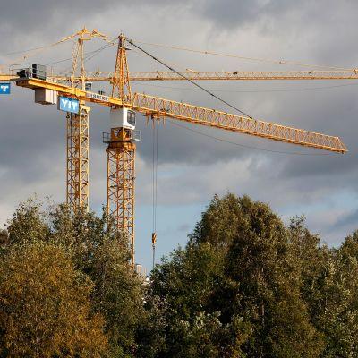 Kaksi kappaletta Rakennusyhtiö YIT:n nostureita.