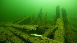 Ett vrak som museiverkets dykare granskat vid Högskär i Hangö. Konstruktioner på däck och sidan.