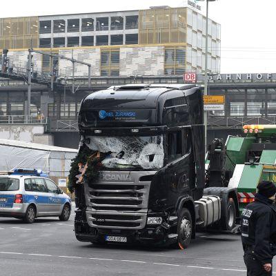 Turmarekkaa siirrettiin Breitscheidplatzilta pois Berliinissä 20. joulukuuta 2016.