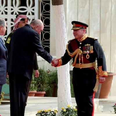 Jordnian kuningas Abdullah II kättelee kansanedustajia maan kaupungissa Ammanissa 7. marraskuuta 2016.