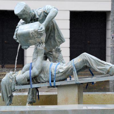 Kuvanveistäjä Erik Tannhäuserin väliaikainen installaatio kritisoi CIA:n käyttämää vesikidutusta. Kuva Saksan Bremenistä elokuulta 2015.