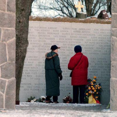 Estonian lauttaturman uhrien muistoksi rakennettu muistomerkki Tukholmassa.