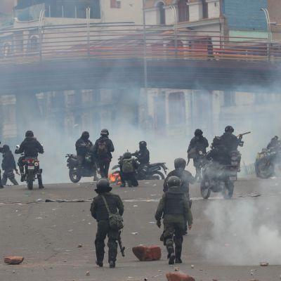 Mellakkapoliisit ottivat keskiviikkona yhteen mielenosoittajien kanssa La Pazissa. Poliisi turvautui kyynelkaasuun mielenosoituksen hajottamiseksi.