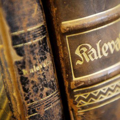 Vanhoja nahkakantisia Kalevala -kirjoja.