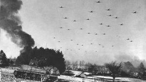 Lentokoneita Bastognen yllä