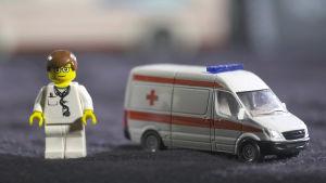 Lego-hahmo ja ambulanssi kuvaamassa sote-uudistusta.