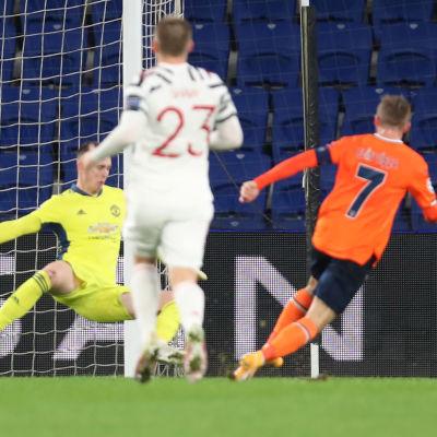Edin Visca sätter bollen i mål på ett friläge.