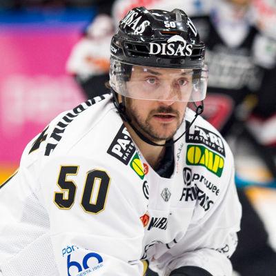 Juhamatti Aaltonen fokuserar framåt.