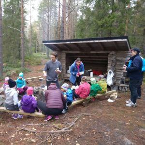 familjer på läger vid grillen