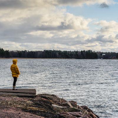 Nainen katselee merelle.