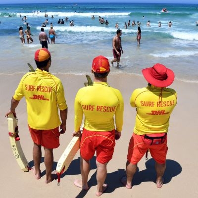 Hengenpelastajia Sydneyn Bondi Beachilla 11. helmikuuta.