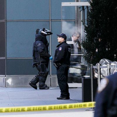 Poliisi suojavarusteissa kävelee ovesta sisään