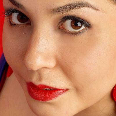 Porträtt av Özlem Bulut, turkisk sångerska