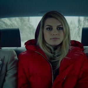 Aurora mellan Darian och dennes hustrukandidat i baksätet på en bil.