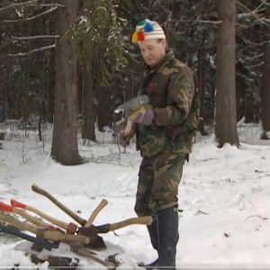 Reino Paasilinna esittelee kirveitään Iltalypsyssä.