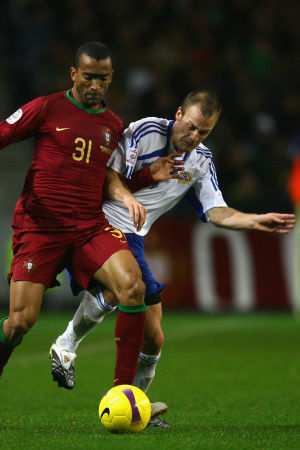 Bosingwa och Daniel Sjölund i kamp om bollen i Porto i EM-kvalet 2007