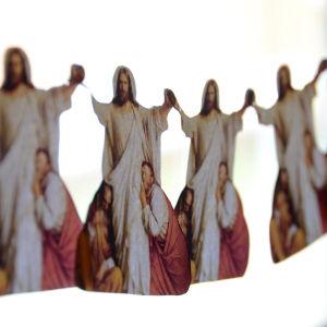 Jesusgirlangen blir fin i fönstret.