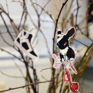 Kaniner och skor hänger i vårt påskris.