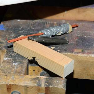 Ta en träklabbe och behövliga verktyg.