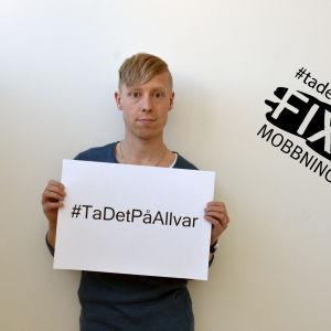 Niklas Aldén med en logo för #TaDetPåAllvar - Fixa mobbningen
