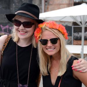 Vilma och Maiju satsade på den största trenden i sommar = blommor i håret.
