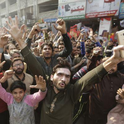 Tehrik-e-Labaik-liikkeen kannattajia mielenosoituksessa Lahoressa Pakistanissa.