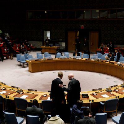 Kuvassa turvallisuusneuvoston hevosenkengän muotoinen pöytä  ja YK-edustajia istumassa.
