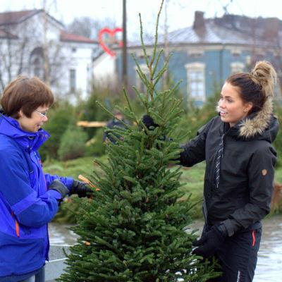 Inger Ahlnäs och Olivia Lill köpte en julgran i Jakobstad för 70 euro.
