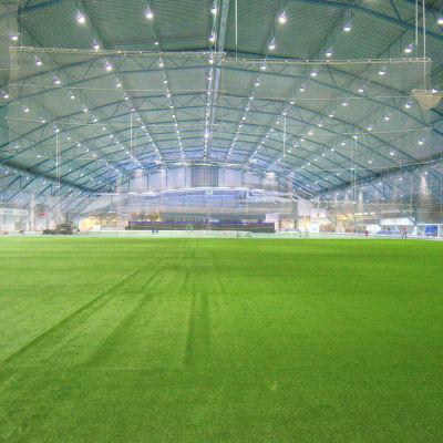 Botniahallen med splitterny konstgräsmatta som täcker halva hallen.