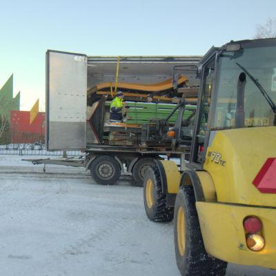 Attraktioner lastas in i en lastbil för bortkörning till andra nöjesfält.