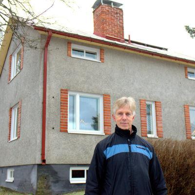 Rafael Palm vid det hus som inte är kopplat till dagvattensystemet.