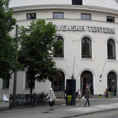 svenska teaterns fasad, tillsammans med ett frågetecken.