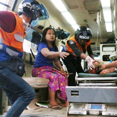 Loukkaantuneita mielenosoittajia ensiavussa ambulanssissa Yangoonissa, 3.maaliskuuta 2021.
