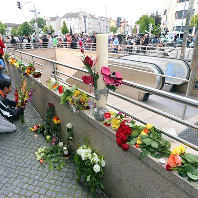 Kukkia Olympia-ostoskeskuksen läheisellä metrosisäänkäynnillä.